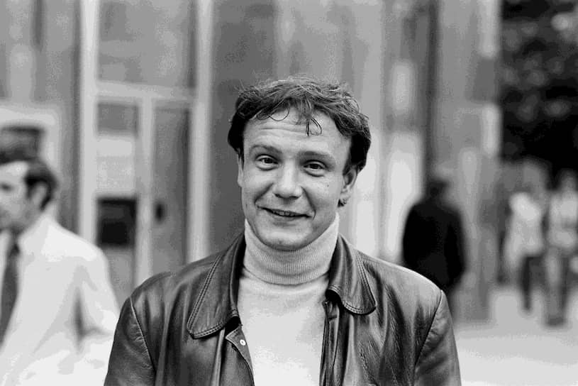 Владимир Буковский родился 30 декабря 1942 года в городе Белебей (Башкирия). Позже переехал с семьей в Москву. В 1959 году он был исключен из школы за издание рукописного сатирического журнала, а в 1961 году отчислен из МГУ за участие в антисоветских молодежных собраниях