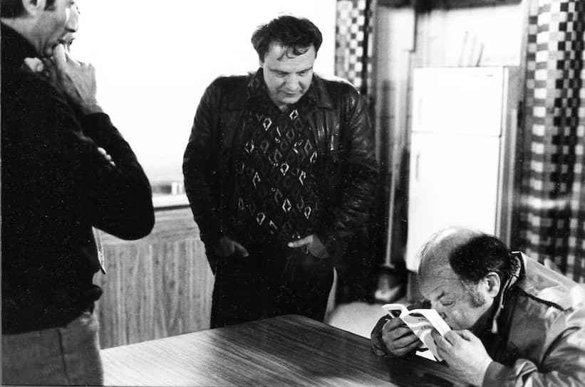 В мае 1963 года Буковский был арестован за изготовление копий запрещенной книги югославского писателя Милована Джиласа «Новый класс», но в тюрьму не попал — его признали невменяемым и отправили на принудительное лечение в психбольницу. После выхода из нее в 1965 году был вновь задержан за участие в подготовке «митинга гласности» и отправлен в спецлечебницу, в которой находился до июля 1966 года