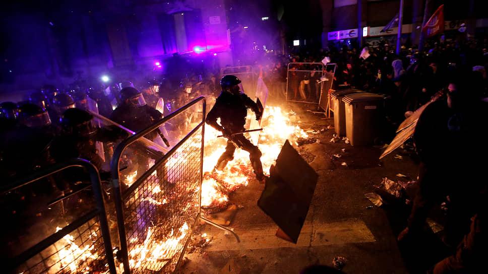 14 октября Верховный суд Испании вынес приговоры лидерам сепаратистского движения Каталонии в связи с их причастностью к проведению референдума о независимости в 2017 году. 12 политиков получили сроки от 9 до 13 лет. В тот же день в стране начались массовые акции протеста, переросшие в беспорядки