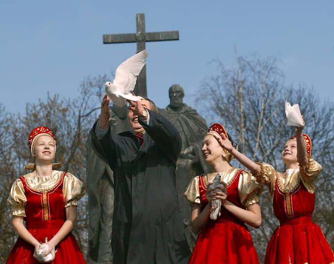 Эмблема «Партии возрождения России», основанной в 2002 году бывшим председателем Госдумы Геннадием Селезневым (на фото в центре), представляла собой стилизованного голубя. В 2008 году партия была распущена, вновь восстановлена в 2012 году. В 2014 году внеочередной съезд партии утвердил обновленную эмблему, но уже без голубя