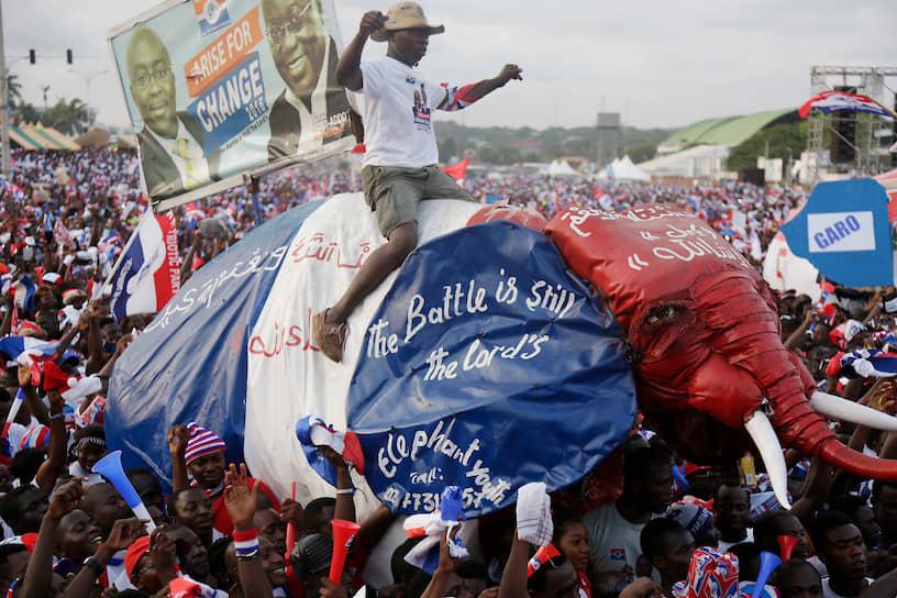 Символом либерально-консервативной «Новой патриотической партии» Ганы является слон. Этот представитель фауны страны также изображен на флаге партии  <br>На фото: сторонники кандидата в президенты от «Новой патриотической партии» Наны Акуфо-Аддо во время митинга на президентских выборах в Аккре, декабрь 2016 года