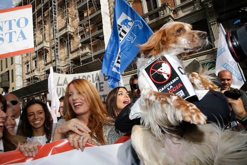 Многие зеленые партии разных стран выбирают своими символами животных. Одна из таких партий — итальянское «Анималистическое движение», являющаяся сестрой правоцентристской политической партии «Вперед, Италия». На ее логотипе изображены собака, кошка и птица <br>На фото: президент и основатель «Анималистического движения» Микела Виттория Брамбилла во время митинга в Милане, сентябрь 2017 года
