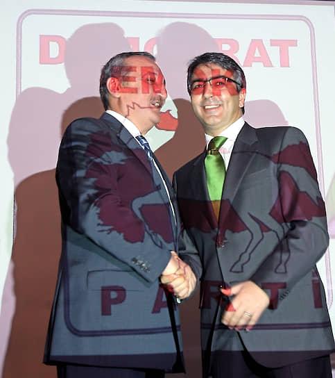 Турецкие избиратели с трудом могли произнести название демократической партии — «Demokrat Part»,  проговаривая первое слово как «Demir Kırat» (в переводе — железный белый конь). Таким образом логотип и символ партии появился сам собой — белый конь на красном фоне  <br>На фото: лидер партии «Истинный путь» Мехмет Агар (слева) и лидер «Партии Отечества» Эркан Мумку после объявления об объединении в Демократическую партию в Анкаре, май 2007 года