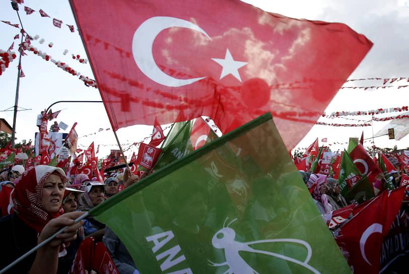 Пчела — символ праволиберальной, консервативной «Партии Отечества» Турции. Была основана в 1983 году, ориентировалась на вступление страны в Евросоюз и сохранение светского правления. В 2009 году влилась в демократическую партию, но была восстановлена в 2011 году  <br>На фото: сторонники партии с турецкими и партийными флагами во время митинга в Стамбуле перед всеобщими парламентскими выборами, июль 2007 года
