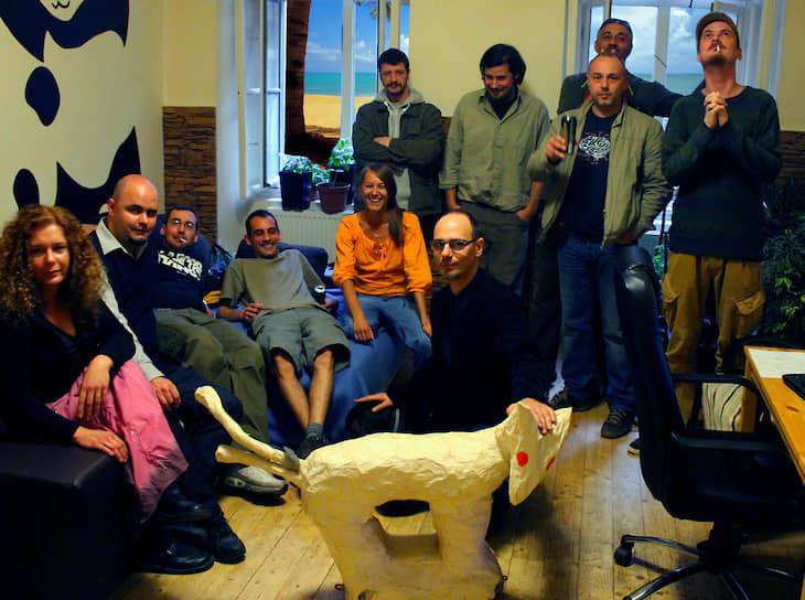 Пародийная политическая «Партия двухвостой собаки» (MKKP) была официально зарегистрирована в Венгрии в 2014 году. Члены партии занимаются преимущественно созданием плакатов-пародий на типичные лозунги политической элиты страны, выдвигая абсурдные идеи на выборах или делая смешные официальные заявления  <br>На фото: основатели партии рядом с символом — куклой двухвостой собаки, май 2013 года