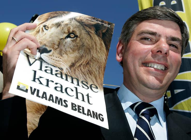 Крайне правая партия Бельгии «Фламандский интерес» (Vlaams Belang) выступает за независимость Фламандского региона, герб которого представляет собой желтый щит с черным львом на фоне. На флаге партии также изображена голова льва  <br>На фото: лидер партии Филип Девинтер во время представления предвыборной программы на пресс-конференции в Брюсселе, май 2007 года