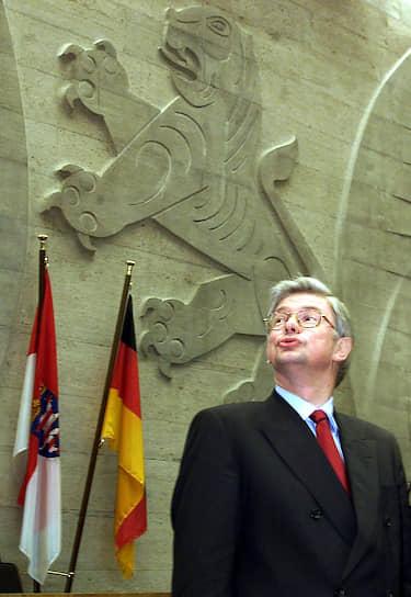 Лев размещен на логотипе «Христианско-социального союза в Баварии» — правоцентристской политической партии Германии, которая входит в блок ХДС/ХСС вместе с «Христианско-демократическим союзом Германии». Львы также изображены на гербах самой Баварии, Гессена и ряда других городов и провинций     <br>На фото: бывший премьер-министр Гессена и лидер ХДС в Гессене Роланд Кох перед началом парламентской сессии в Висбадене, январь 2000 года