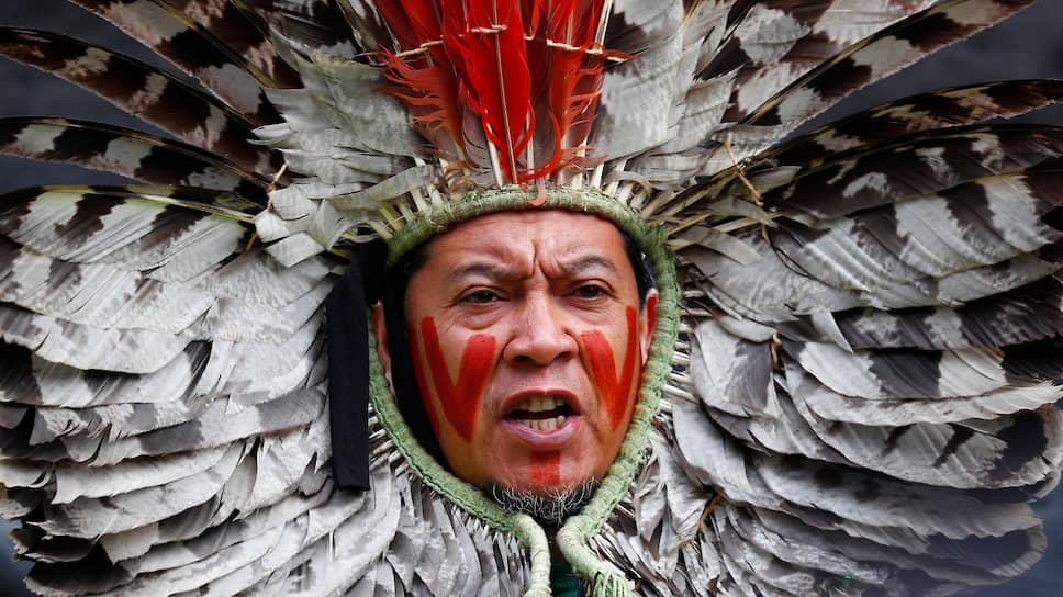 Брюссель, Бельгия. Представитель коренных народностей Бразилии протестует против вырубки лесов Амазонии