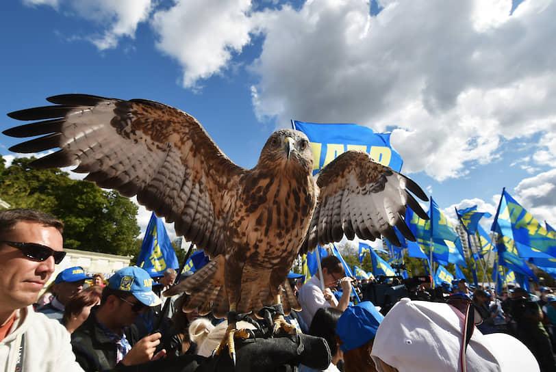 13 декабря 2009 года на XXII съезде ЛДПР, посвященному двадцатилетию партии, была утверждена обновленная символика. Герб представляет собой темно-синий щит с картой России и восходящим солнцем, на его фоне — сокол серого цвета с распростертыми крыльями