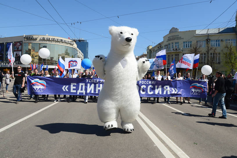 Партия «Единая Россия» была образована в 2001 году на основе Межрегионального движения «Единство», сокращенно — «МЕДВЕДЬ». Аббревиатура послужила основой как для эмблемы блока, так и впоследствии для символа партии. Изначально медведь был бурый, но в 2005 году съезд партии принял решение заменить его на белого