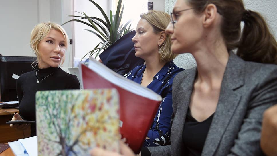 Активистка Алена Попова (слева)