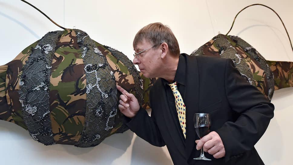 Художник Дмитрий Цветков на церемонии открытия своей выставки Showroom в галерее RuArts
