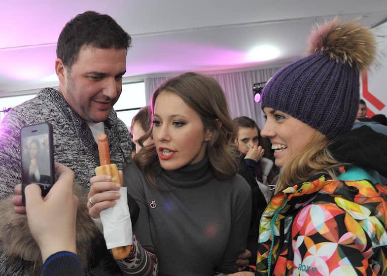 Экс-кандидат в президенты России, журналист и телеведущая Ксения Собчак (в центре)
