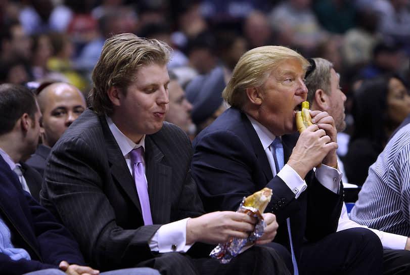 45-й президент США Дональд Трамп с сыном Эриком (слева)