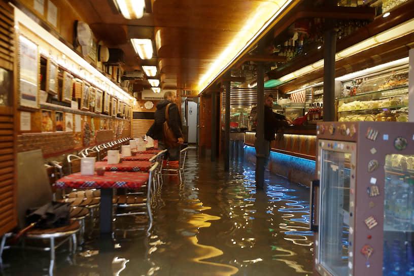 Однако наводнение не отпугнуло от посещения города некоторых туристов