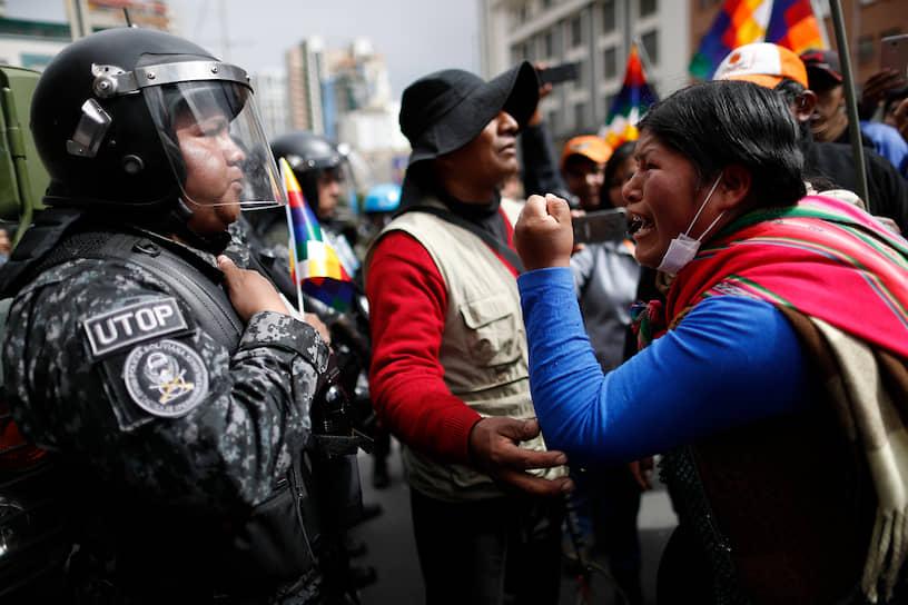 На протяжении всего дня беспорядки и поджоги продолжались в нескольких городах страны. Полиция применила против протестующих слезоточивый газ. В ходе столкновений были ранены несколько человек, среди них ректор Высшего университета Сан-Андрес Вальдо Альбаррасин, мэр города Кобиха Луис Гатти Рибейро и губернатор департамента Пандо Луис Адольфо Флорес