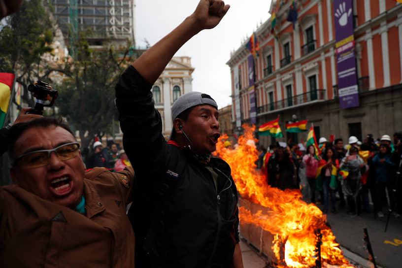 По сообщениям генпрокуратуры Боливии, жертвами беспорядков в стране стали, как минимум, семь человек