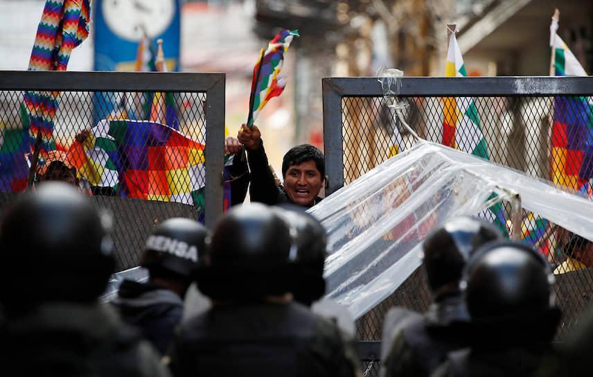 В тот же день Эво Моралес записал видеообращение, в котором заявил о своей немедленной отставке. Толпы протестующих вышли на улицы, чтобы отпраздновать победу. Но пока одни запускали фейерверки, рядом мародеры грабили магазины
