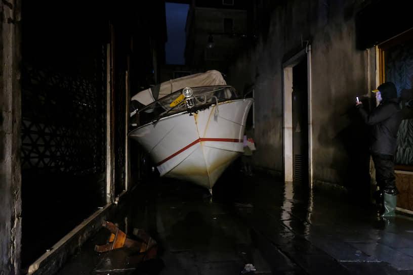 Жертвами наводнения в Венеции уже стали два человека, одного из которых могло ударить током при попытке запустить в затопленном доме электрические насосы