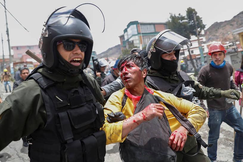 Также 11 ноября оппозиция сообщила, что полиция объявила экс-президента Эво Моралеса в розыск. Позже эта информация была опровергнута главой боливийского МВД Карлосом Ромеро. В тот же день он заявил о своей отставке и скрылся на территории посольства Аргентины