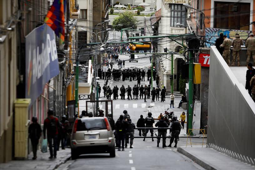 31 октября Организация американских государств начала проверку результатов выборов в Боливии под наблюдением Мексики, Испании и Парагвая. К этому моменту улицы боливийской столицы были заполнены протестующими, а Бразилия, США и Евросоюз призвали к проведению второго тура