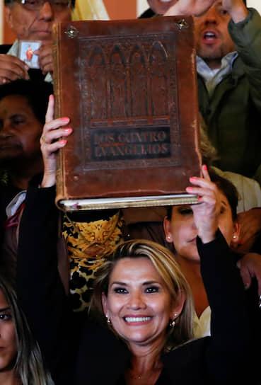 Протестные акции начались 21 октября. Протестующие собрались у избиркомов нескольких регионов Боливии. В ходе акций в Сукре начался пожар в штаб-квартире партии президента страны Эво Моралеса На фото: Жаннин Аниес, вице-спикер боливийского парламента, 12 ноября объявившая себя президентом