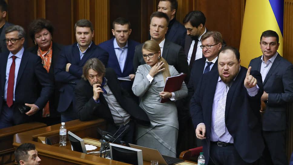 Глава партии «Батькивщина» Юлия Тимошенко (в центре)