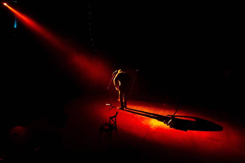 Санкт-Петербург. Актер и музыкант Петр Мамонов во время выступления на творческом вечере в клубе «Морзе»