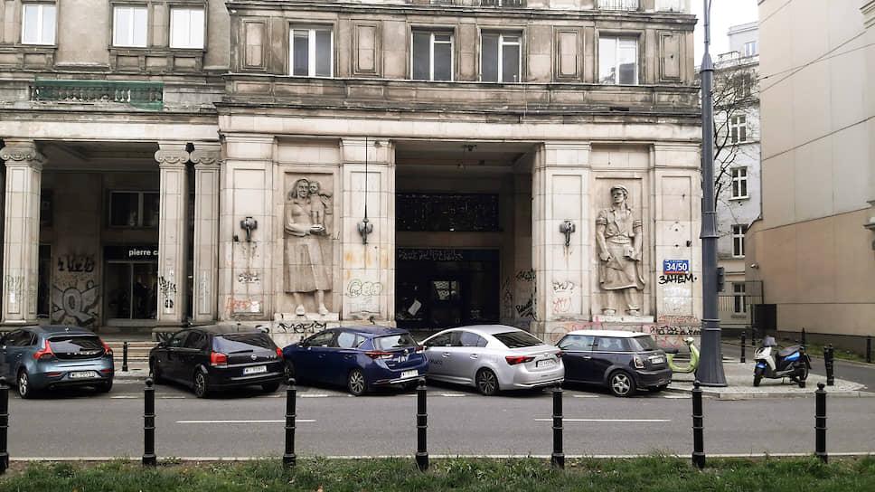 Район площади Конституции в Варшаве выглядит так, как должен выглядеть центр образцового социалистического города