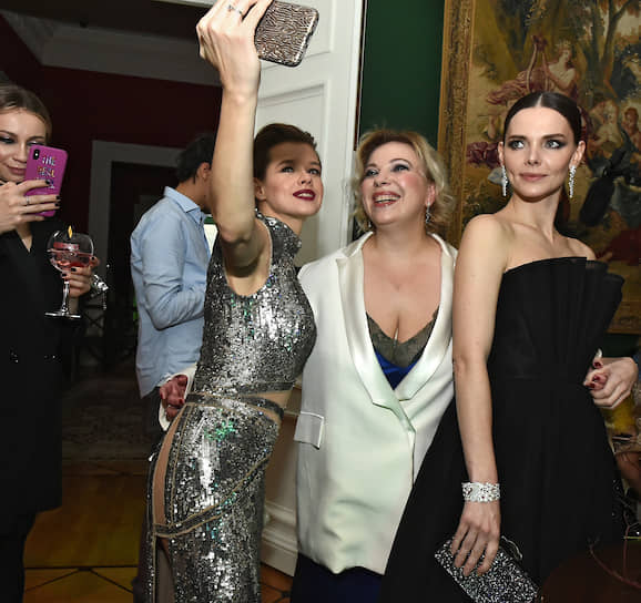 Актрисы Елизавета Боярская (справа) и Екатерина Шпица (третья справа) на церемонии вручения премии «Женщина года 2019» по версии журнала Glamour в Музыкальном театре «Геликон–Опера»