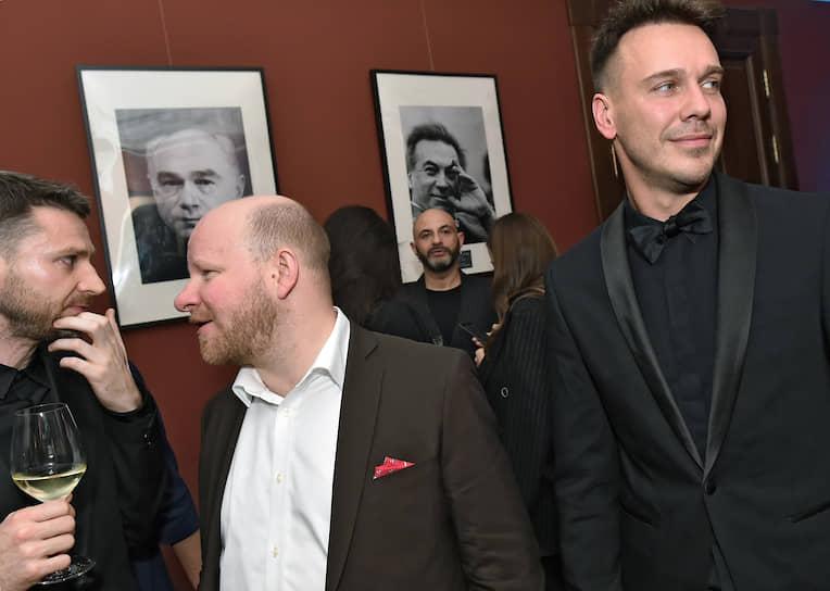 Представитель международной художественной ярмарки Art Basel в России Николай Палажченко (в центре) и журналист Михаил Зыгарь (справа) во время церемонии объявления победителей премии проекта «Сноб»