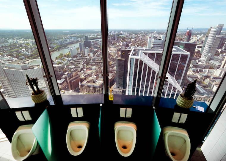 <b>Некоторые туалеты позволяют почувствовать себя птицей</b><br> Мужской туалет на 49-м этаже здания Commerzbank в немецком Франкфурте