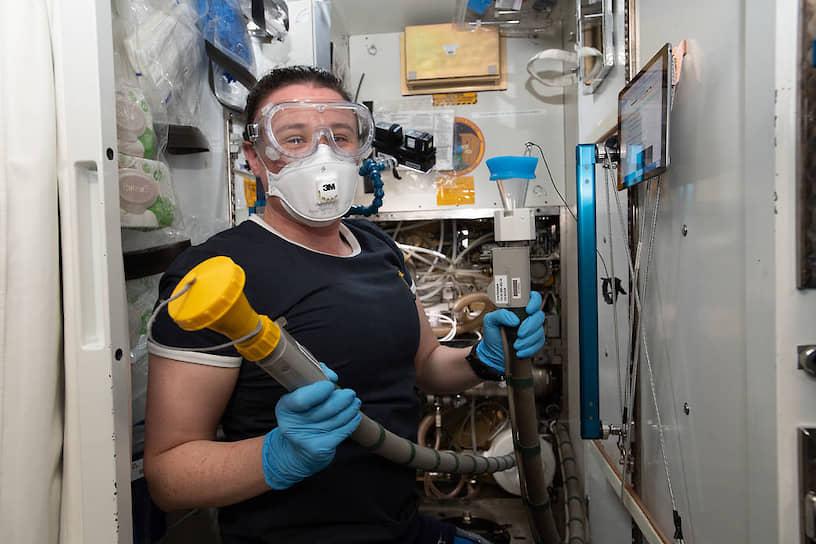 <b>У кого есть сноровка, тот и на орбите ходит ловко</b> <br> Астронавт NASA Серена Ауньон-Чэнселлор в туалете в американском сегменте МКС