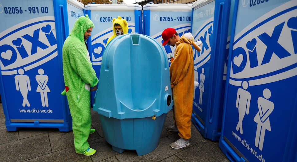 <b>Стояли три товарища</b><br> Мужской туалет на карнавале в Кельне, Германия