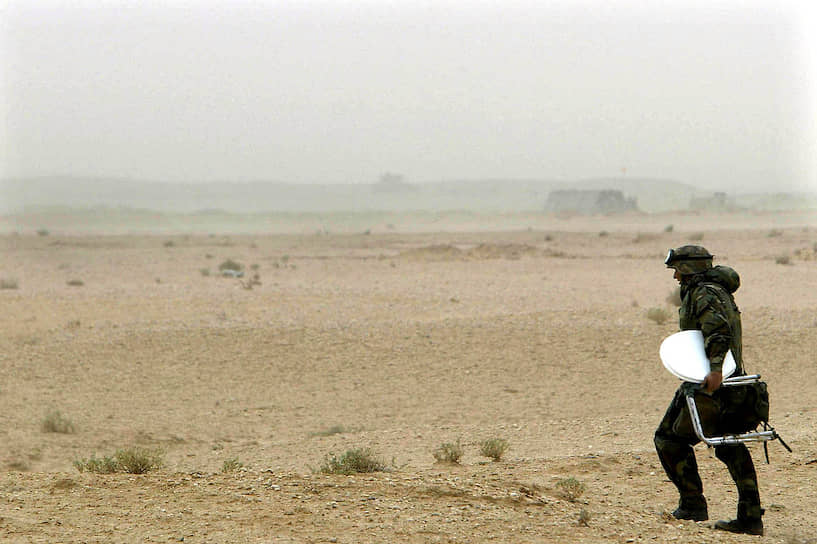 <b>У некоторых туалет всегда под рукой</b><br> Солдат армии США в Ираке с мобильным унитазом