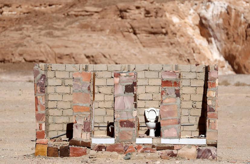 <b>Туалеты как пирамиды: открыты для туристов</b><br> Отхожие места в курортном городе Таба на Синайском полуострове в Египте