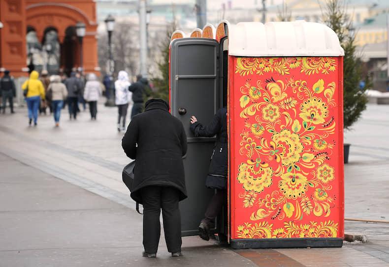 <b>Куда царь пешком ходил</b><br> Кабинки уличного платного туалета, расписанные под хохлому, на Манежной площади в Москве