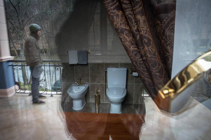 <b>Правители уходят, а туалеты остаются</b> <br> Туалет в загородной резиденции экс-главы Украины Виктора Януковича «Межигорье», ставший местом для экскурсий
