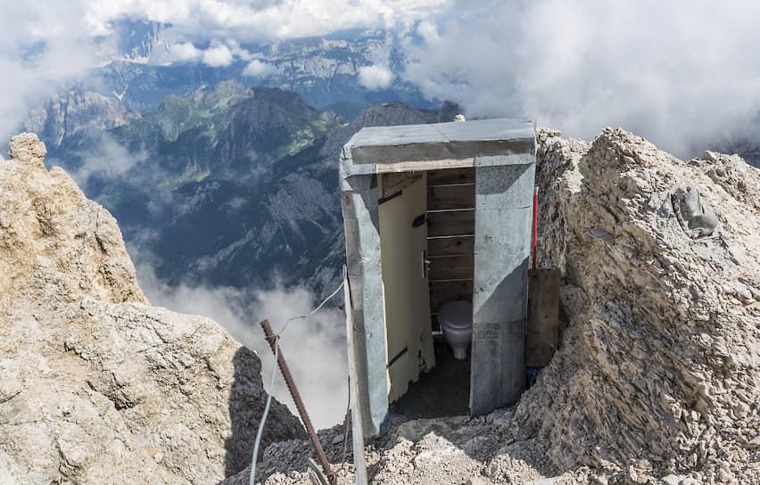 <b>Кабинка высокого полета</b><br> Туалет на вершине Доломитовых Альп в Италии на высоте 3343 метра