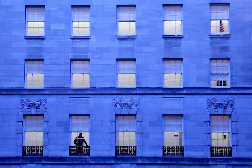 Вашингтон, США. Мужчина смотрит в окно
