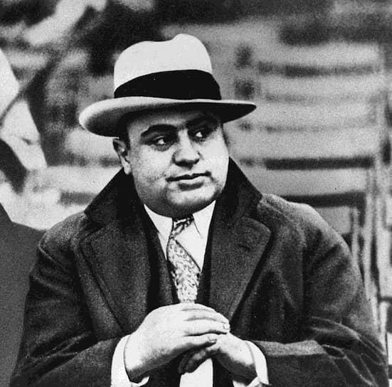 Американский гангстер <b>Аль Капоне</b> (настоящее имя — Альфонсе Габриэль Капоне), действовавший в 1920—1930-х годах на территории Чикаго, также работал бухгалтером. Он устроился на эту должность после женитьбы в 1918 году