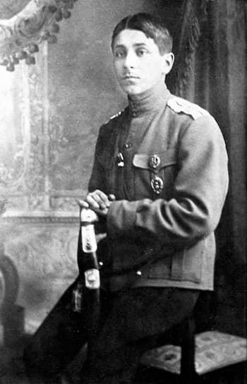 После окончания военной службы в 1917 году будущий писатель-сатирик <b>Михаил Зощенко</b> брался за любую работу, за три года сменив 12 городов и 10 профессий. Ему, в частности, пришлось трудиться счетоводом (младшим бухгалтером)