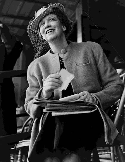 Основательница косметической империи Elizabeth Arden Inc. <b>Элизабет Арден</b> начала проводить первые исследования в области косметологии, работая бухгалтером. В 1910 году состоялось открытие ее первого салона красоты на 5-ой авеню в Нью-Йорке. В 1990-х годах ХХ века госпожа Арден была включена журналом «Life» в список «Самых влиятельных американцев ХХ века»