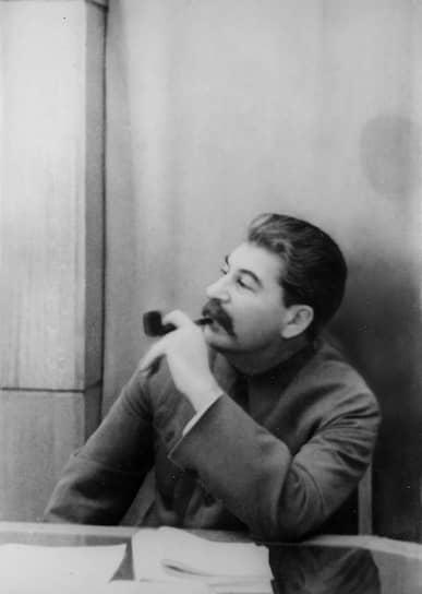 """В написанной Львом Троцким биографии «Сталин» есть упоминание, что после отчисления из семинарии будущий руководитель Советского союза <b>Иосиф Сталин </b> некоторое время работал бухгалтером: «Вскоре после выхода из семинарии Коба поступил чем-то вроде бухгалтера в тифлисскую обсерваторию. Несмотря на """"ничтожное жалование"""", должность нравилась ему, так как оставляла много свободного времени для революционной работы»"""