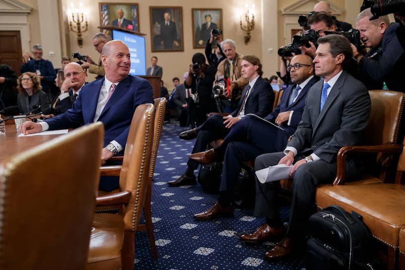 <b>Гордон Сондленд (слева), посол США при Евросоюзе</b> <br>В начале октября он проигнорировал направленную ему повестку на допрос. Против его сотрудничества со следствием выступали Госдеп и сам Дональд Трамп. В тексте выступления, распространенном накануне слушаний 17 октября, господин Сондленд признал, что адвокат президента Руди Джулиани требовал от Украины проведения расследования в отношении Байденов. 27 ноября три женщины обвинили посла в сексуальных домогательствах. Сам господин Сондленд заявил, что обвинения «придуманы» и «скоординированы в политических целях»