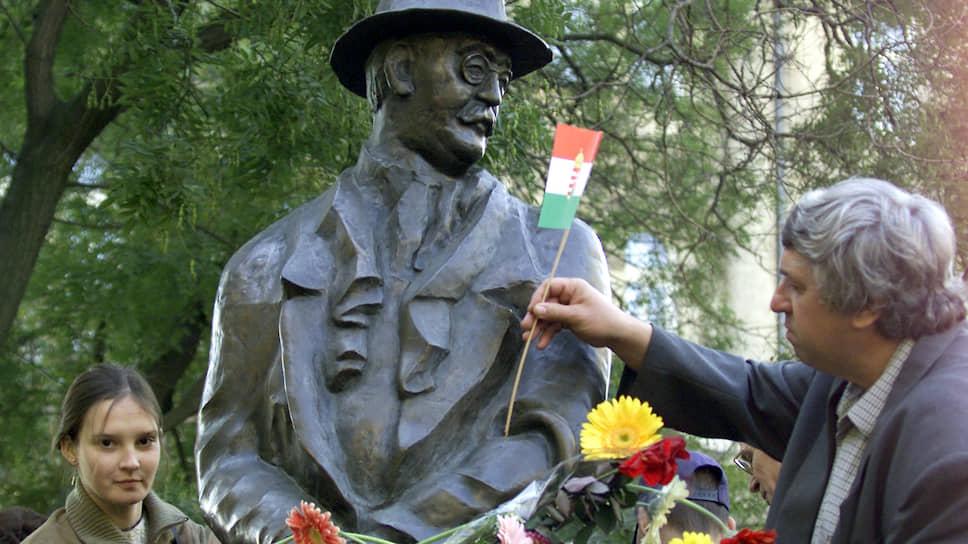 Отношение официальных властей Венгрии к Имре Надю, повешенному после поражения венгерского восстания, менялось уже не раз. Установленный в 1996 году у здания парламента памятник Надю был недавно перенесен в другое место, чтобы расчистить территорию для восстановленного памятника национальным мученикам, снесенного в 1945 году