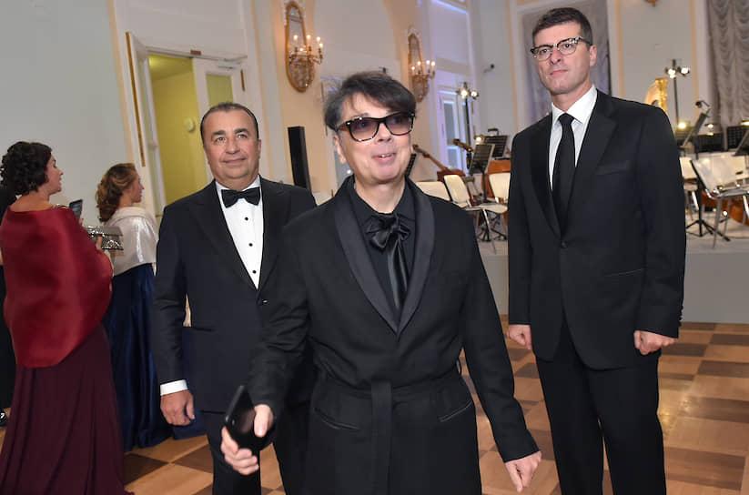 Модельер Валентин Юдашкин (в центре) на балу дебютанток журнала Tatler в Доме Пашкова