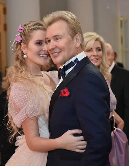 Певец Александр Малинин с супругой Эммой (справа) и дочерью Устиньей на балу дебютанток журнала Tatler в Доме Пашкова