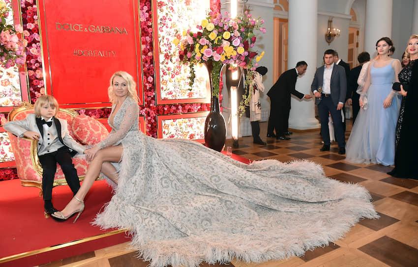 Продюсер Яна Рудковская с сыном Александром на балу  дебютанток журнала Tatler в Доме Пашкова