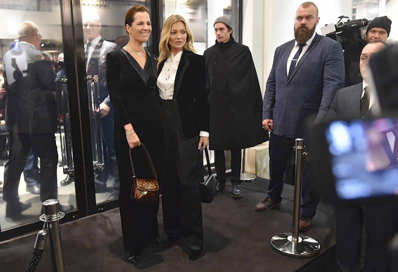 Племянница Джорджо Армани Роберта Армани (слева) и модель Кейт Мосс (в центре) на презентации новой коллекции осень-зима 2019/2020 и сумки La Prima в бутике Giorgio Armani